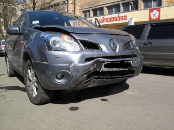 У Києві джип зніс зупинку і збив двох дівчат, одна з них загинула