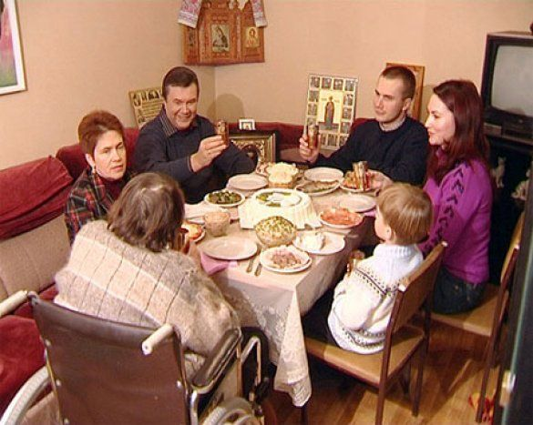 Сім'я Януковича за столом