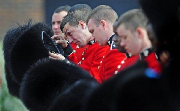 Гвардейцам на свадьбе принца Уильяма запретили ходить в туалет и терять сознание
