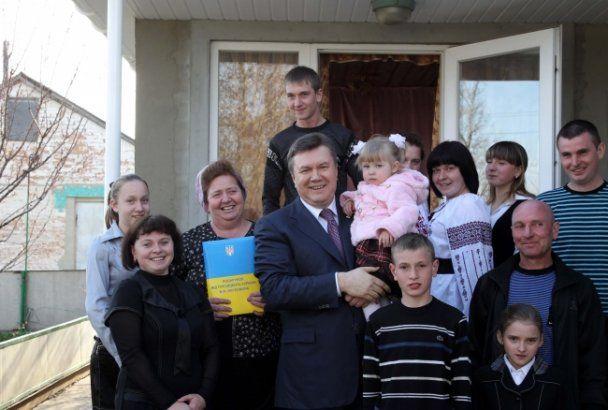 Янукович пожаловался фермеру на нелегкую долю президента