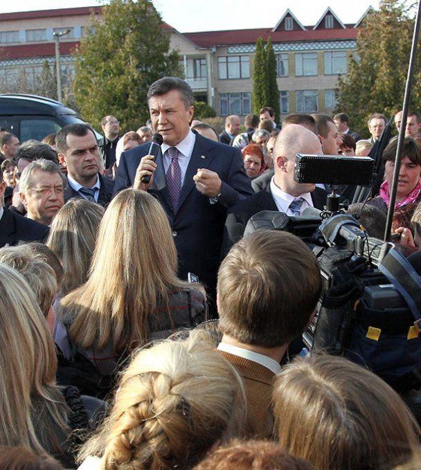 Янукович подарил фермеру трактор и пожаловался на судьбу