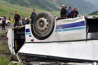 В Азербайджані на трасі вітер перевернув автобус, є жертви