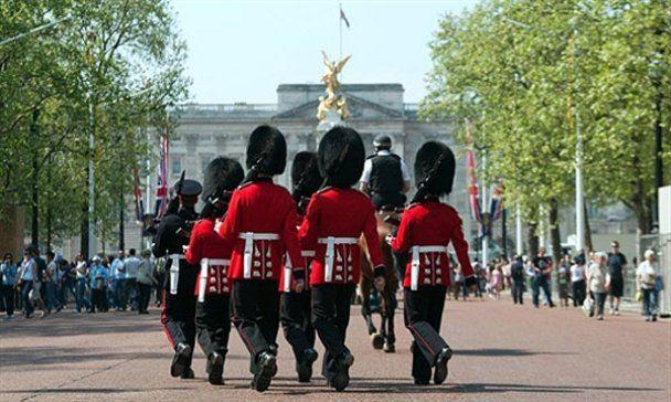 Гвардейцев муштруют перед свадьбой принца Уильяма