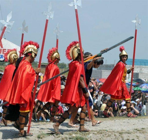 На Филиппинах прошло театрализованное распятие католиков