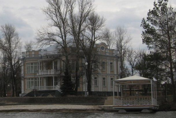 Роскошный особняк Порошенко в стиле Белого дома пополнился часовней