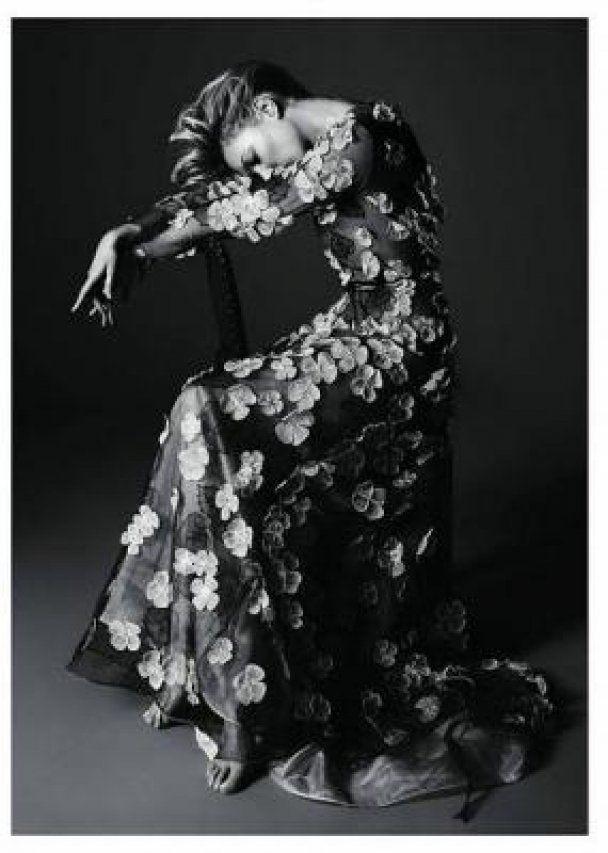 У новій фотосесії Кейт Мосс прикрила пір'ям інтимні місця