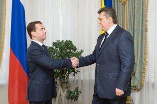Медведев призвал Януковича дать отпор попыткам переписать историю