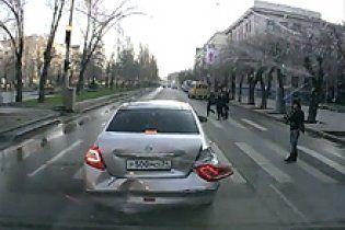 Сумасшедший водитель таранил автомобили, чтобы снять видео и выложить в Интернет