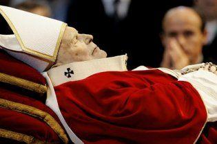 Труну з тілом Іоана Павла ІІ вийнято з могили