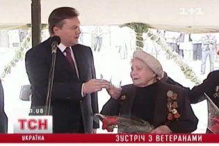 Янукович на зустрічі з ветеранами попросив налити стільки горілки, щоб не було соромно