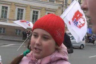 В России 10-летние дети вышли поддержать Путина: он умнее Медведева