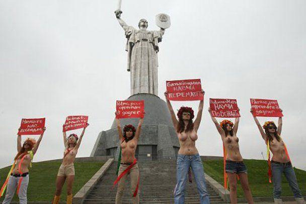 FEMEN разделись перед монументом Родина-мать в Киеве