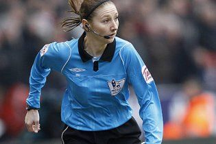 Футболіст налетів на жінку-суддю в матчі чемпіонату Англії (відео)