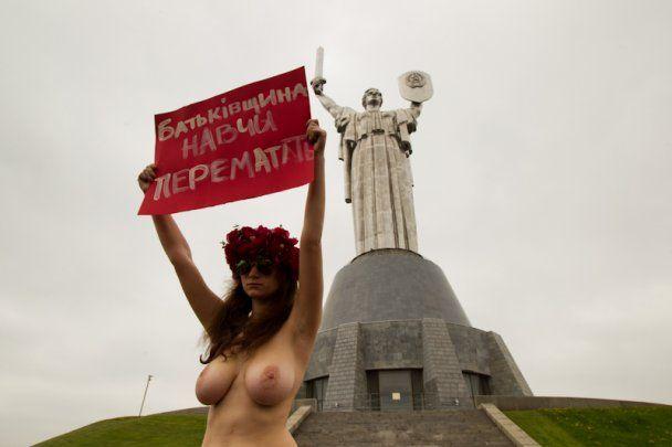 FEMEN поздравили ветеранов с Днем Победы голой грудью