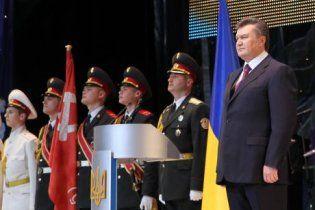 Янукович поднял красный флаг, не подписав закон о нем