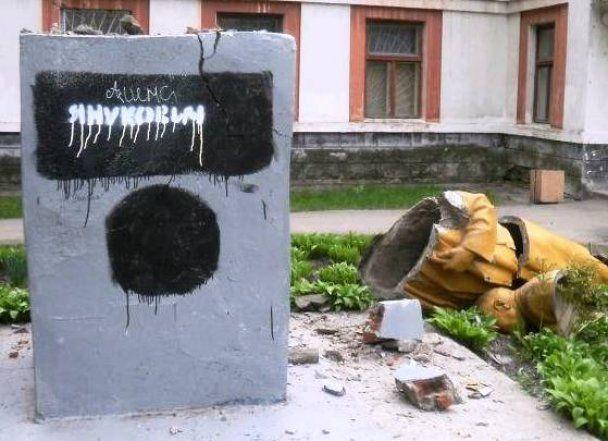 """У Чернігові знищили пам'ятник Леніну, якого назвали """"Януковичем"""""""