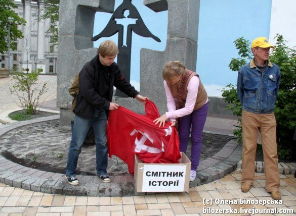 """Київські націоналісти """"викинули на смітник"""" Гітлера, Сталіна й червоний прапор_8"""