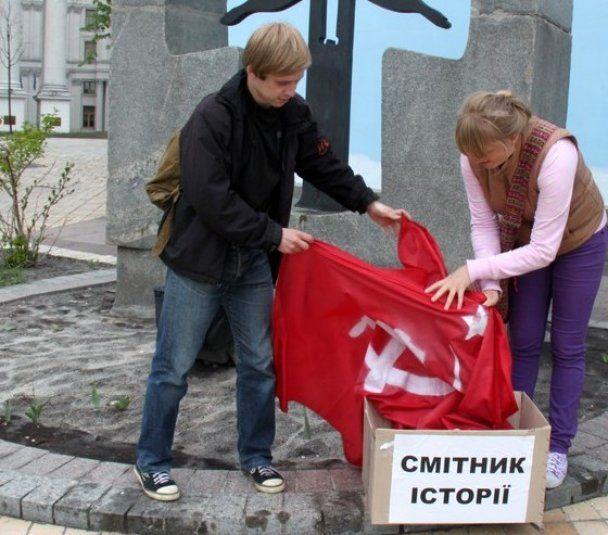 """В Киеве националисты """"выбросили на свалку"""" Гитлера, Сталина и красный флаг"""