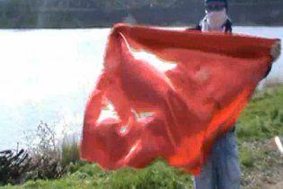 Невідомий у масці спалив червоний прапор у Донецьку (відео)