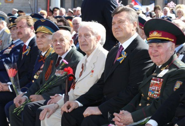 Виктор Янукович почтил погибших в Великой Отечественной войне