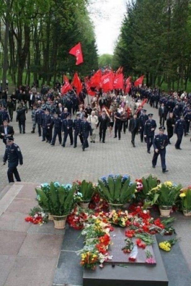 У Тернополі комуністи незаконно пронесли червоні прапори