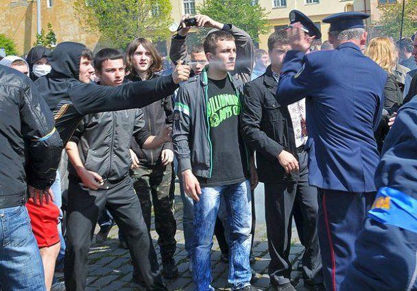 """Во Львове """"свободовцы"""" забросали беркутовцев камнями"""