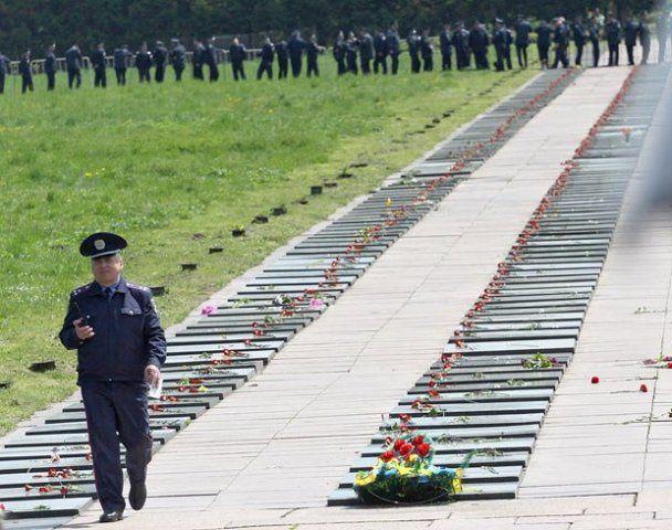 У Львові свободівці закидали беркутівців камінням