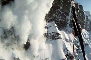 Экстремал снял на видео, как он спасался от снежной лавины в Альпах