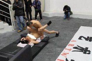 Китайского художника посадили на год за публичный секс