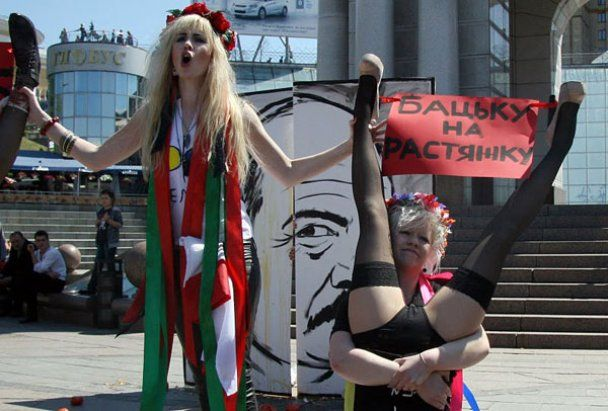 FEMEN розстріляв Лукашенка яйцями і помідорами