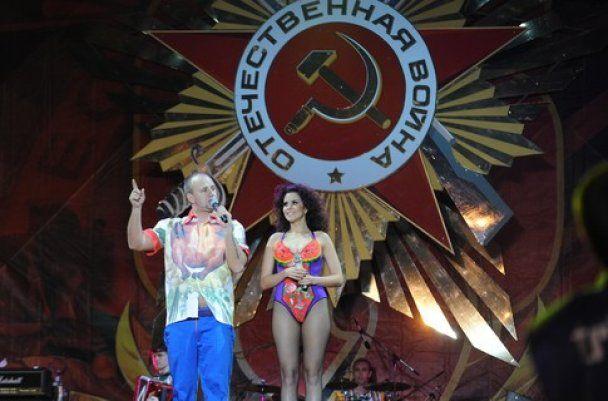 """Потап и полуголая Каменских спели ветеранам """"пупырышки"""""""