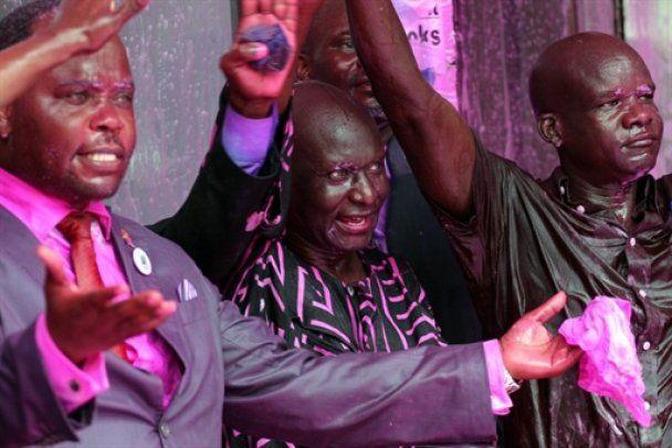 В Уганде полиция покрасила оппозиционеров в розовый цвет