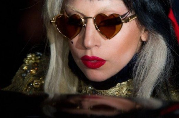 Lady GaGa з трьома головами у журналі V magazine