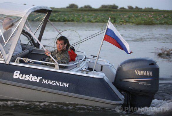 Мєдвєдєв за кермом катера