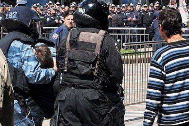 """У сутичках під Радою в """"День гніву"""" постраждав міліціонер (відео)"""