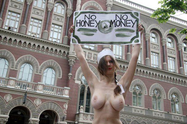 """FEMEN з голими цицьками протестували проти глави МВФ, який """"трахає слабших"""""""