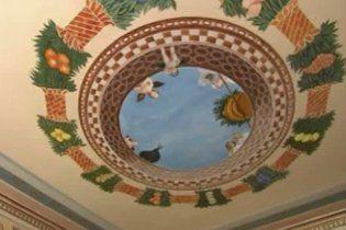 Декоратор на пенсії розписав свій будинок репродукціями Мікеланджело і Рафаеля