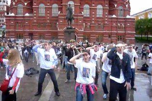 """В Москві на Манежній площі 50 осіб повторили танець Мєдвєдєва під """"American Boy"""""""
