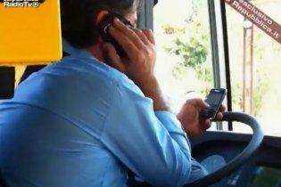 Італійський водій керує автобусом, тримаючи в кожній руці по телефону (відео)