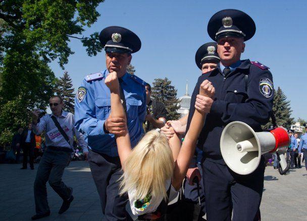Міліція затримала оголених активісток Femen біля ВР