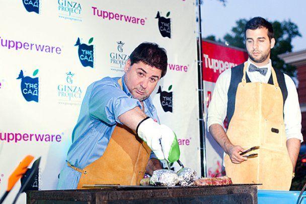Ургант и Цекало приготовили стейки для звезд