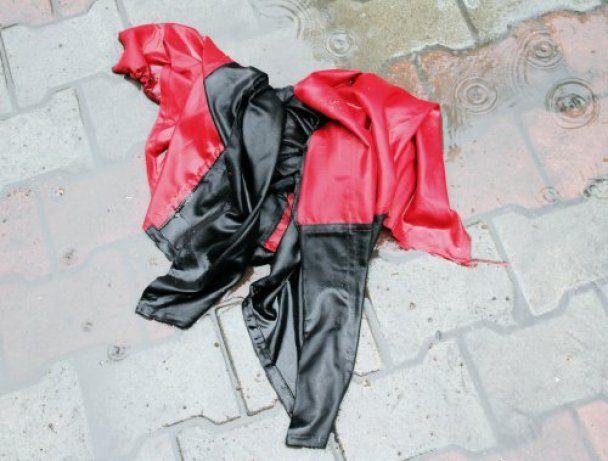 Коммунисты в Одессе разорвали и растоптали флаг УПА