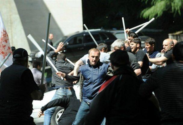 П'яні опозиціонери в Тбілісі дубинками розтрощили машину поліції (відео)