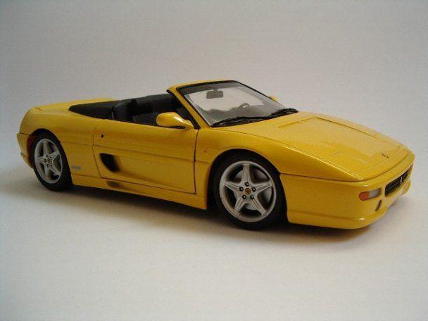 Фанат Ferrari паркує автомобіль у власній квартирі