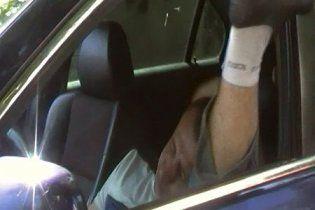 """В Крыму водитель """"под кайфом"""" ехал по тротуару и танцевал за рулем (видео)"""