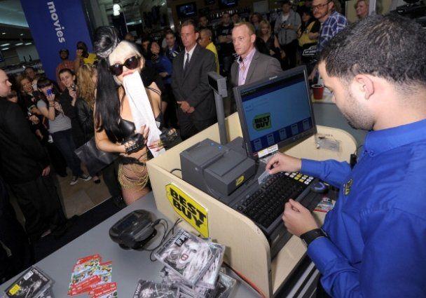 Lady GaGa пришла в супермаркет в кожаном бикини