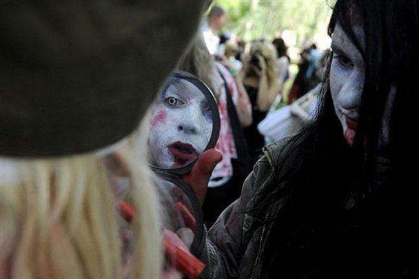 Окровавленные зомби разгуливали по Праге