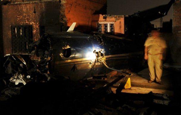 На жилые кварталы Дели упал самолет, 10 человек погибли