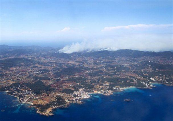Ибица охвачена пожарами, сотни туристов эвакуированы