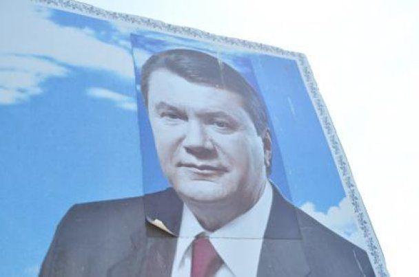 """Начальник военной части уволен за """"переклеенного"""" Януковича"""